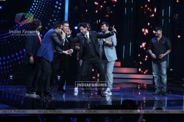 Shah Rukh Khan Does 'Jabra' Steps while Promoting 'Fan' on 'Sa Re Ga Ma Pa' 2016