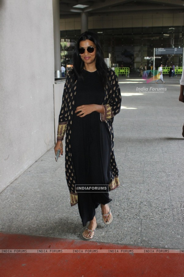 Airport Diaries: Mugdha Godse in black!