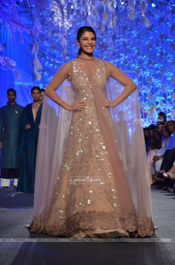 Jacquline Fernandes Sizzles at Lakme Fashion Show 2016