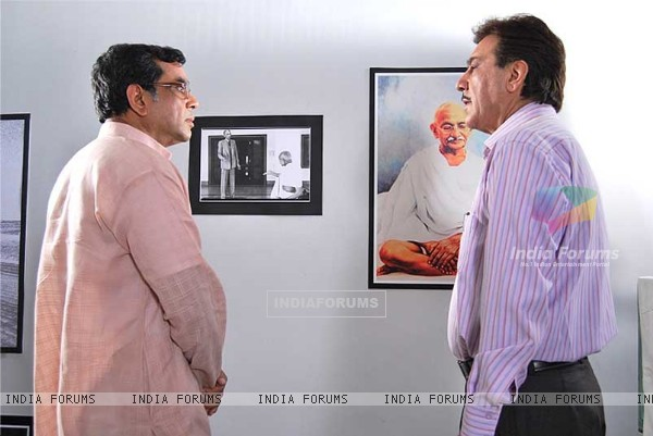 Paresh Rawal talking to Javed Sheikh