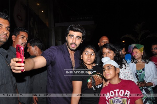 Arjun Kapoor Meets Fans to promote Ki and Ka