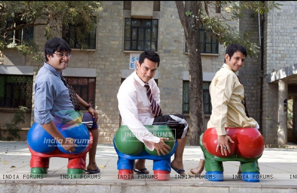 Aamir Khan, R Madhavan and Sharman Joshi in the movie 3 Idiots (40220)