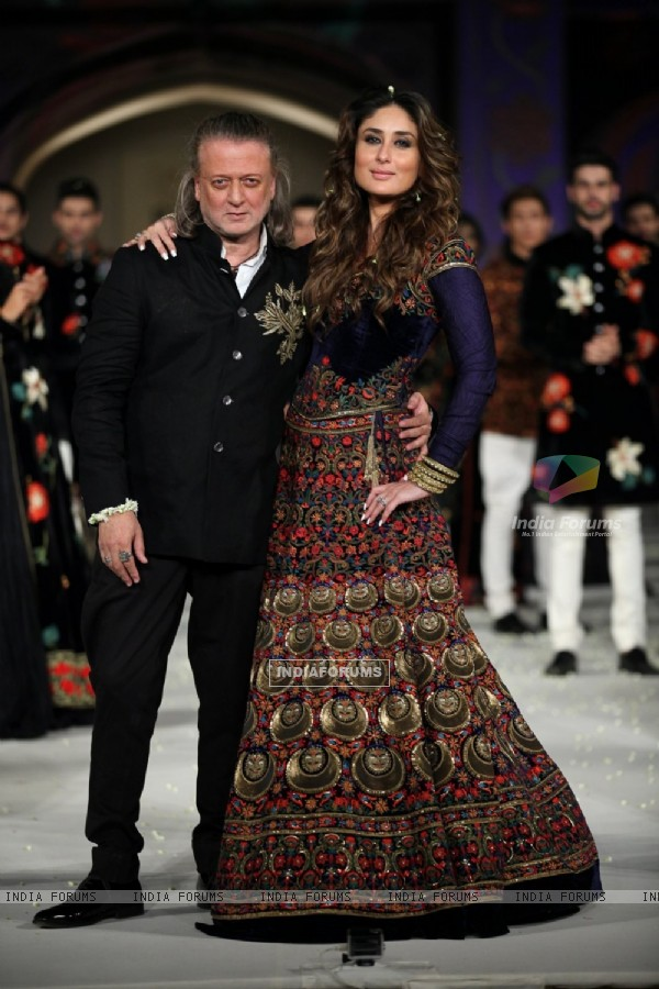Kareena Kapoor walks for Rohit Bal at Lakme Fashion Show