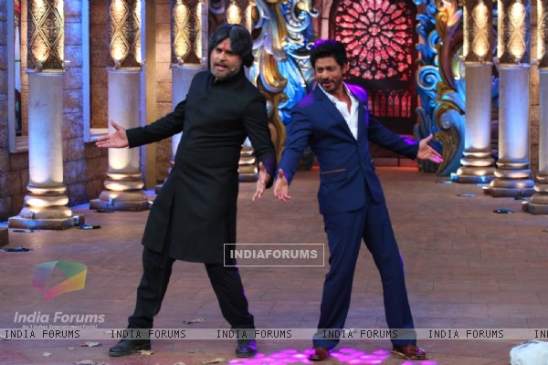 Shah Rukh Khan teaches Krushna his signature pose at Promotions of 'Fan' on 'Comedy Nights Bachao!
