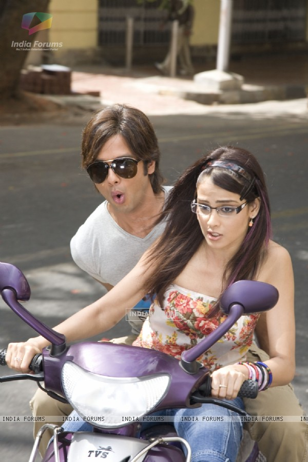 Shahid Kapoor and Genelia Dsouza sitting on a scooty (40232)