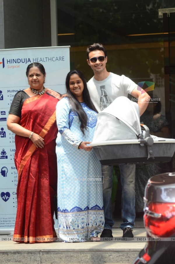 Arpita Khan and Aayush Sharma Leaves hospital with baby Ahil