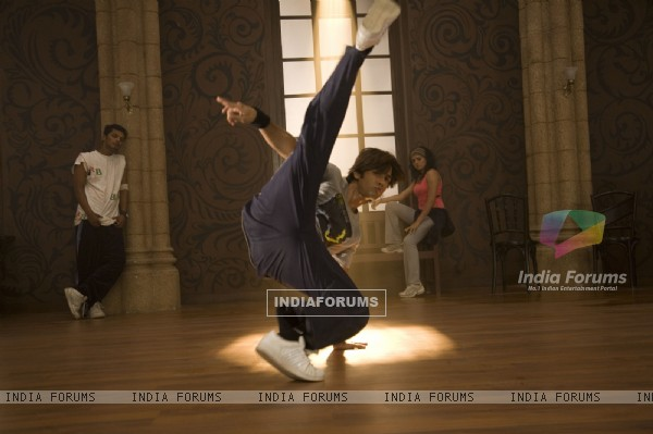 Shahid Kapoor practising dance on the dance floor