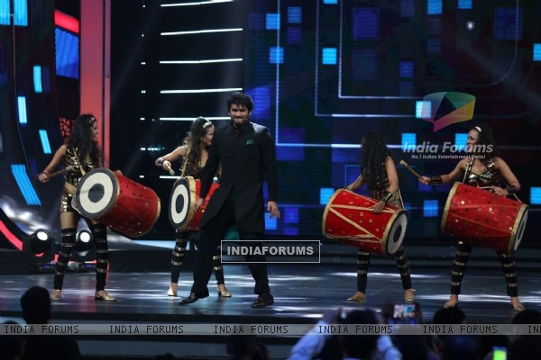 Arjun Kapoor Performs at COLORS GiMA AWARDS 2016