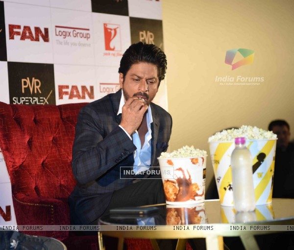 Shah Rukh Khan Having Pop Corn at Press Meet of 'Fan' in Noida