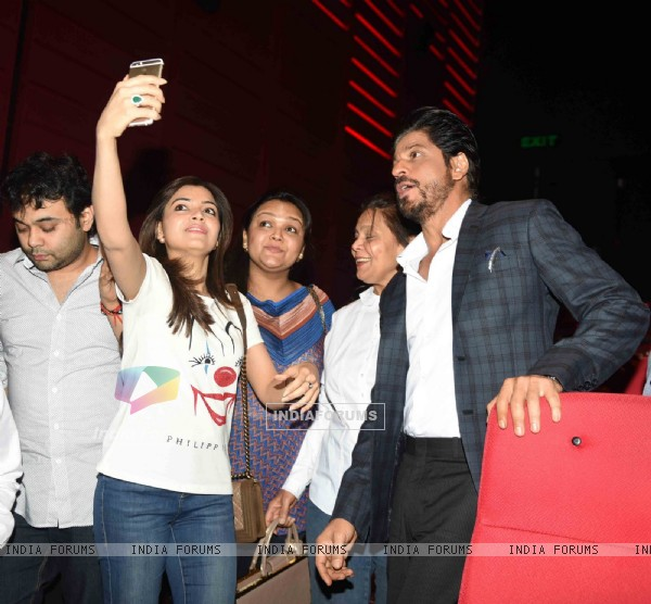 Shah Rukh Khan clicks selfie with fans at Press Meet of 'Fan' in Noida