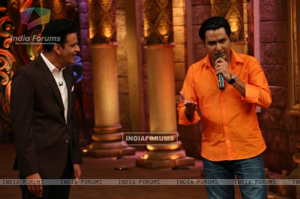 Manoj Bajpayee with Mubeen Saudagar during Promotions of 'Traffic' on Comedy Nights Bachao