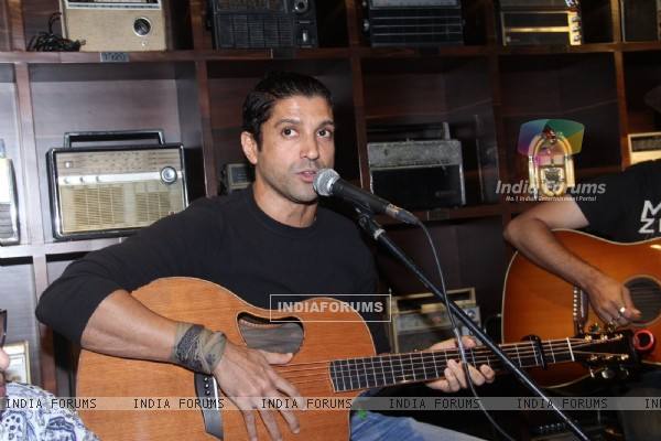 Farhan Akhtar Live at Radio Bar!