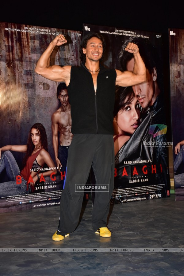 Tiger Shroff Shows off his Muscles at Promotional event of Baaghi