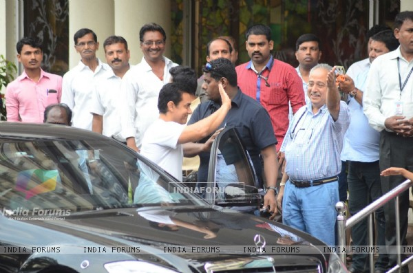 Aamir Khan Visits Dilip Kumar ji at Lilavati Hospital