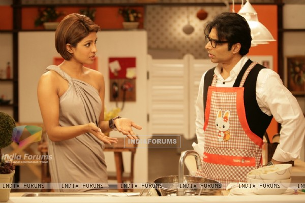 Uday Chopra talking to Priyanka (40391)