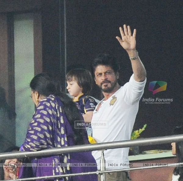 Shah Rukh Khan with Abram cheers for Kolkata Night Riders in Kolkata