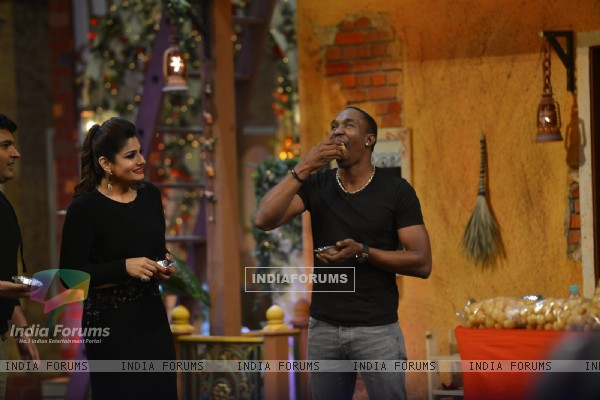 Dwayne Bravo & Raveena Tandon have PaniPuri on 'The Kapil Sharma Show'