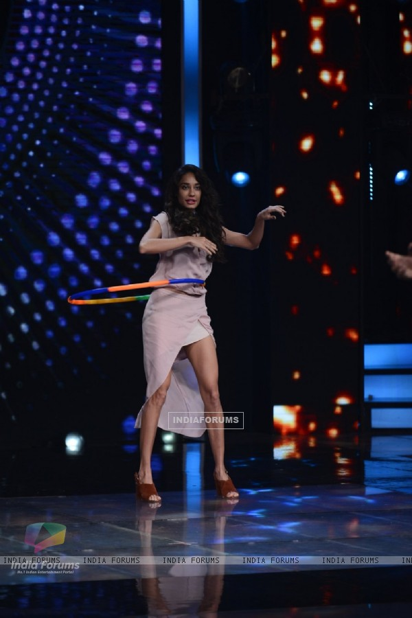 Lisa Haydon Plays with Hula Hoops on the sets of 'Sa Re Ga Ma Pa 2016'