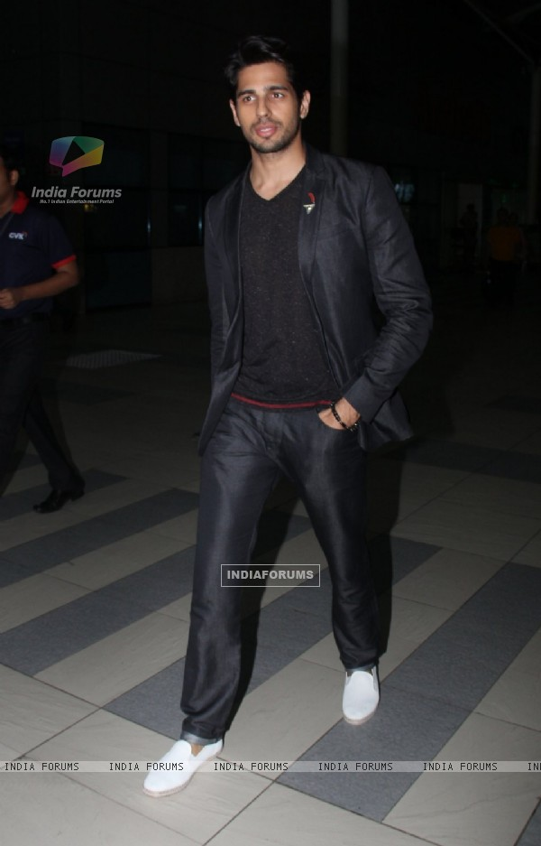 Sidharth Malhotra Snapped at Airport