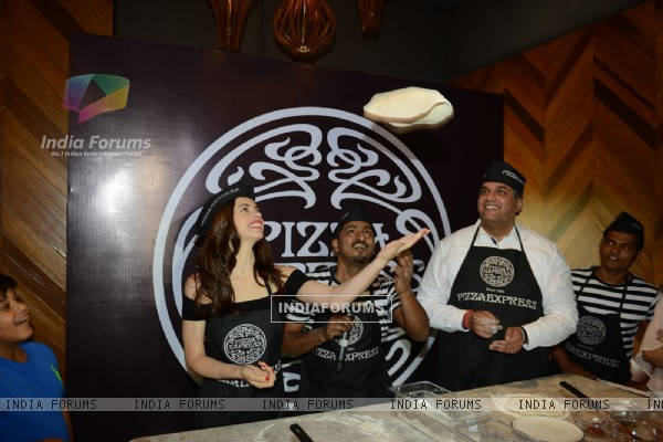 Learn how to make Pizza from Kalki Koechlin: Snapped at launch of Pizza Express in Delhi