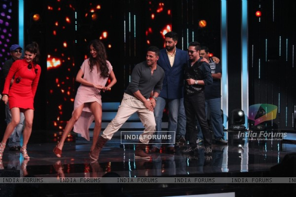 Housefull 3 Cast Dance on the beats of 'Taang Uthake' on Sa Re Ga Ma Pa for Promotions!