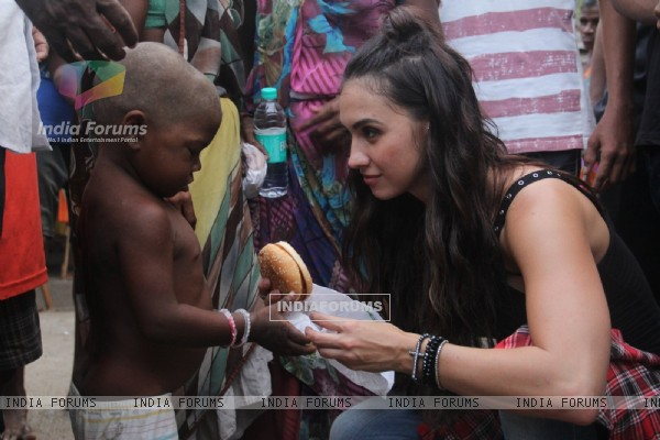 Lauren Gottlieb interacts & distributes food to Street Kids!