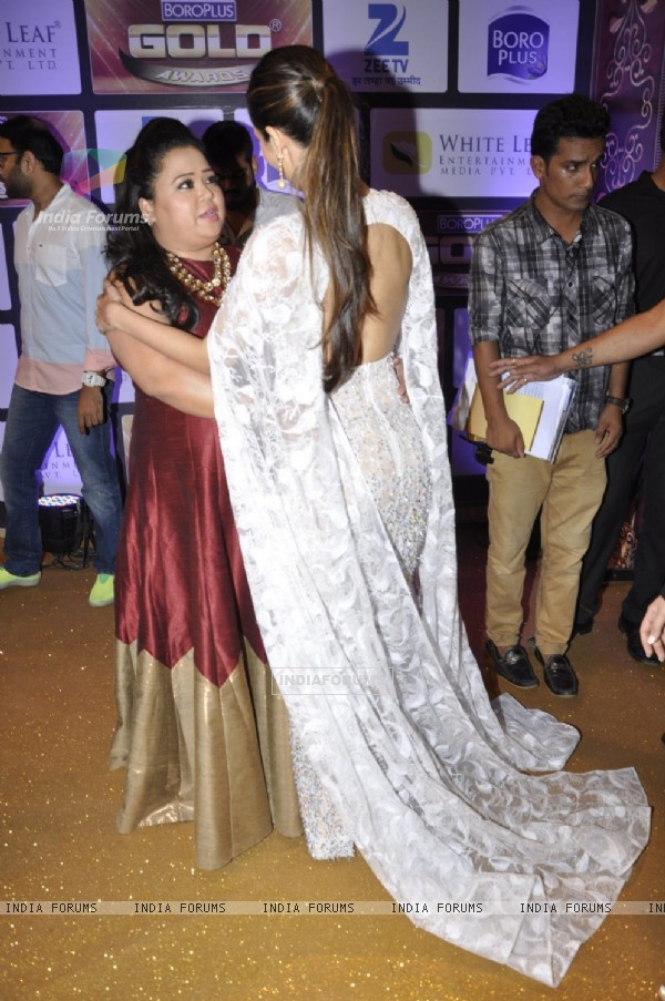 Bharti Singh and Malaika Arora Khan at Zee Gold Awards 2016