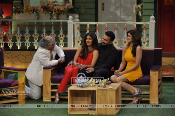 Ali Asgar with Shilpa Shetty, Shamita Shetty & Raj Kundra on The Kapil Sharma Show