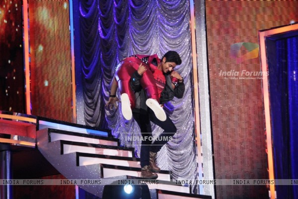'SAIRAT' actor Akash Thosar lifts Rithvik Dhanjani on the Sets of 'So You Think You Can Dance'