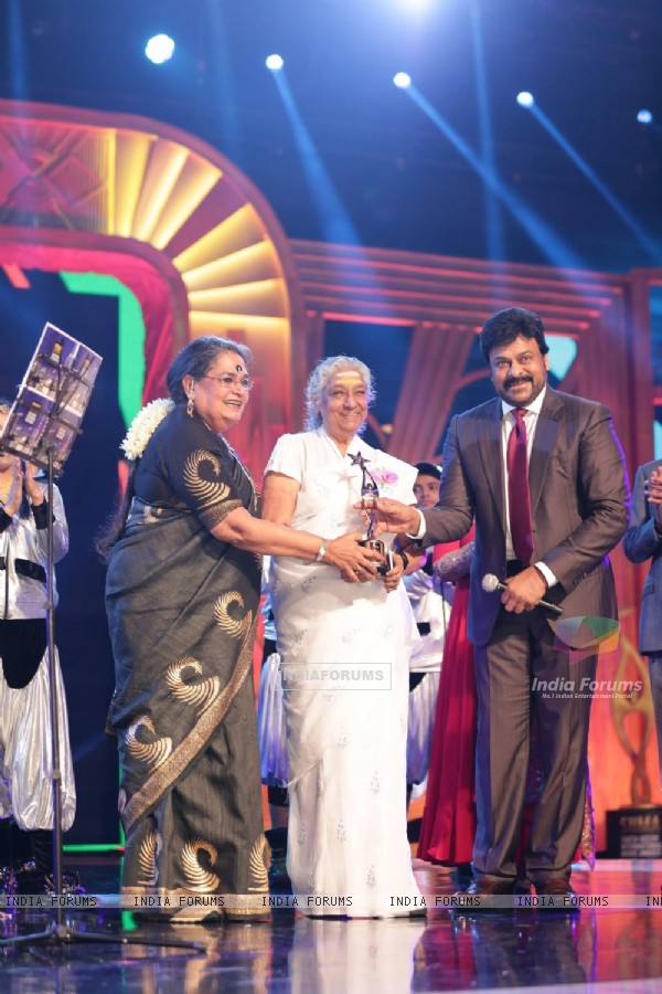 Usha Uthup and Chiranjeevi at SIIMA Awards 2016