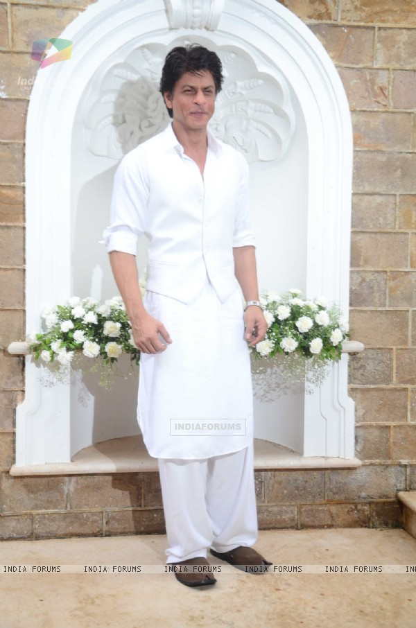Shah Rukh Khan posing on EID 2016 meet!