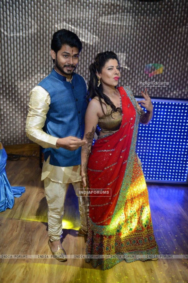 Sambhavna Seth poses with her fiance Avinash at her Mehendi Ceremony!
