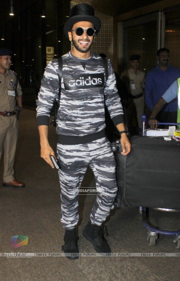 Ranveer Singh posing at airport!
