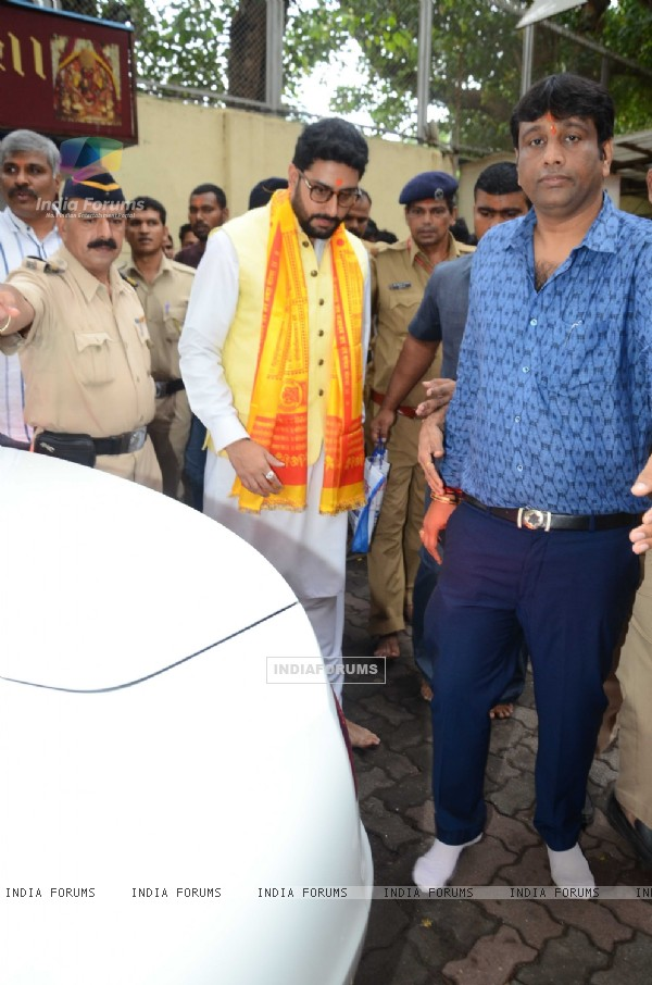 Abhishekh Bachchan at Siddhivinayak Temple with Puneri Paltan