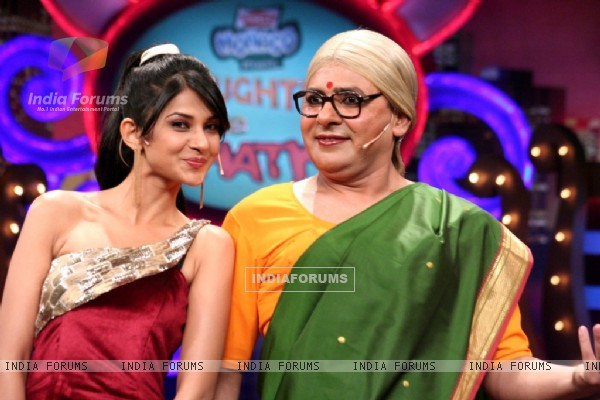 41414-sudesh-lahiri-and-jennifer-winget-in-laughter-ke-phatke-show
