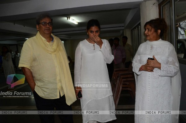 Subhash Ghai with his wife Mukta Ghai and daughter Meghna Ghai at prayer meet of  Rajat Barjatya