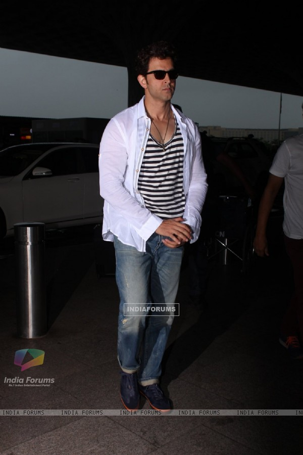 Hrithik Roshan snapped as they leave for Hyderabad