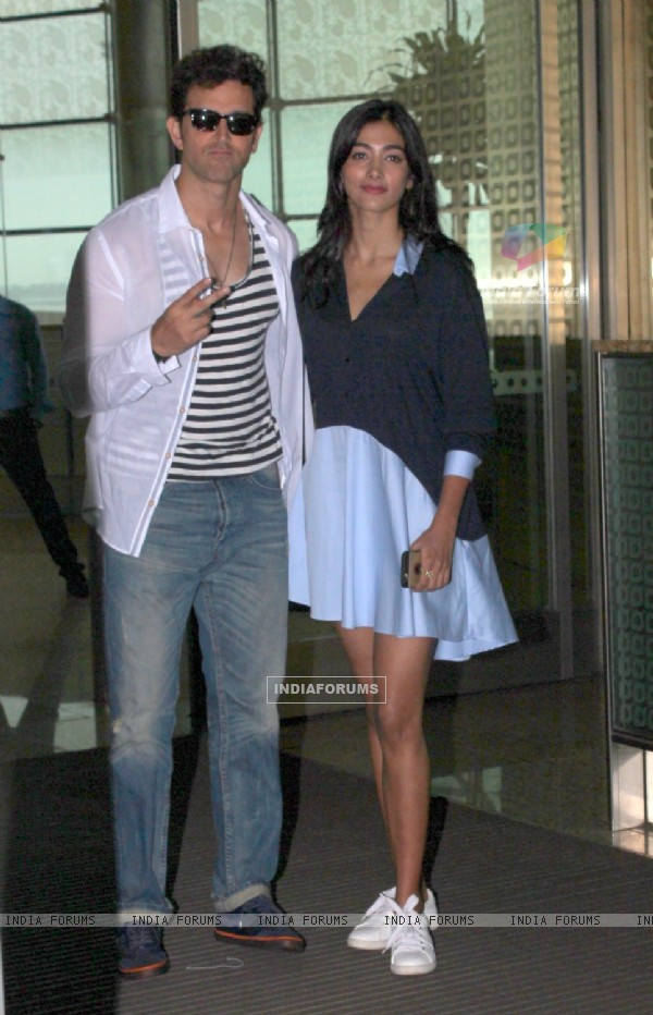Pooja Hegde and Hrithik Roshan snapped as they leave for Hyderabad