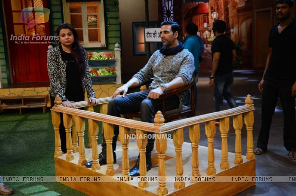 Akshay Kumar sits in 'Katghara' during Promotions of 'RUSTOM' at The Kapil Sharma Show