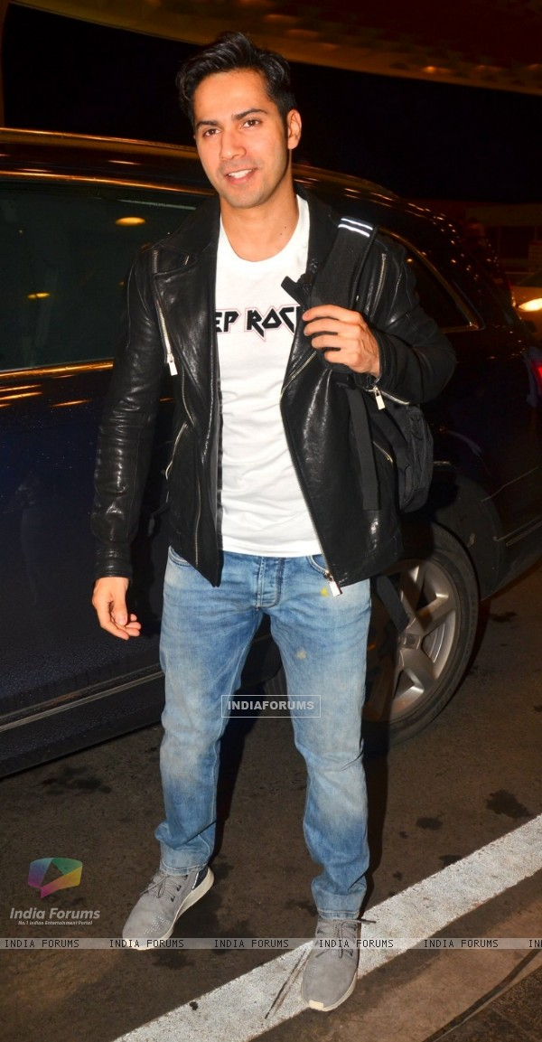 Varun Dhawan Snapped at Airport!