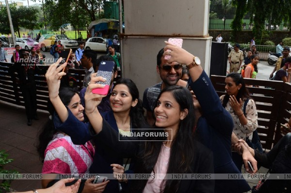Abhay Deol takes selfie with fans at Nabharat Times Event