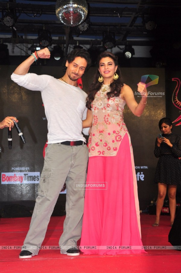 Jacqueline Fernandes and Tiger Shroff Promotes 'A Flying Jatt' at Umang Fest in NM College