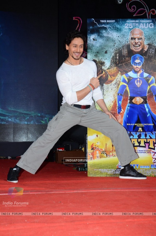Tiger Shroff Promotes 'A Flying Jatt' at Umang Fest in NM College