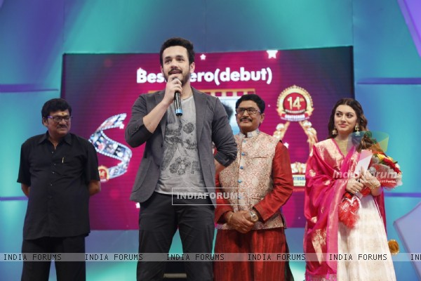 Hansika Motwani with other celebs at Santosham South India Film Awards 2016