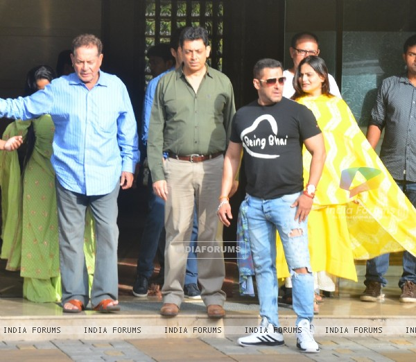 Salman Khan with Salim Khan at snapped at Arpita's house for Rakhi Celebration with Family