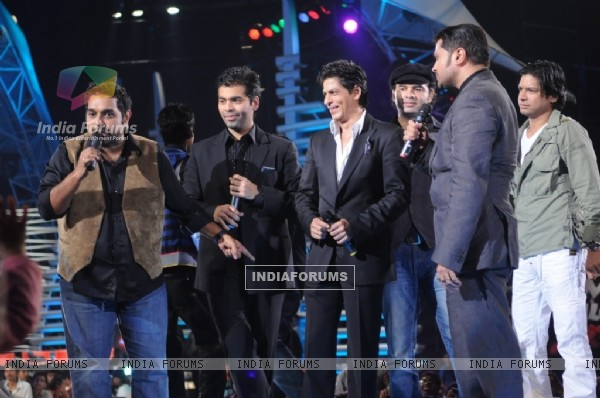 Sharukh Khan and Karan Johar cheering the Captains of Music ka Maha Muqqabla