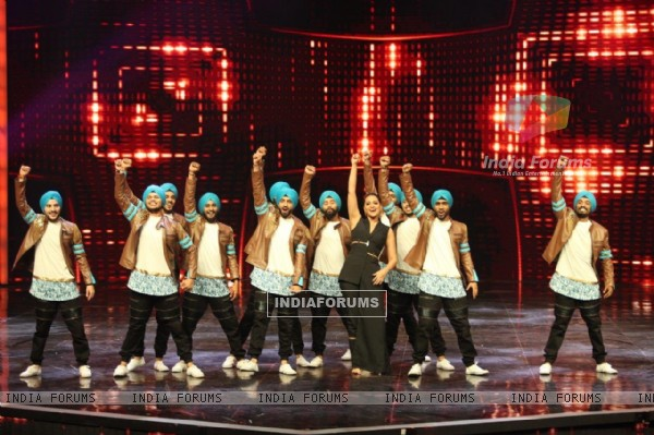 Sonakshi Sinha performs Bhangra Dance at Promotion of 'Akira' on sets of Dance Plus