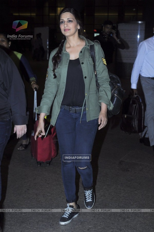 Sonali Bendre Snapped at Airport!