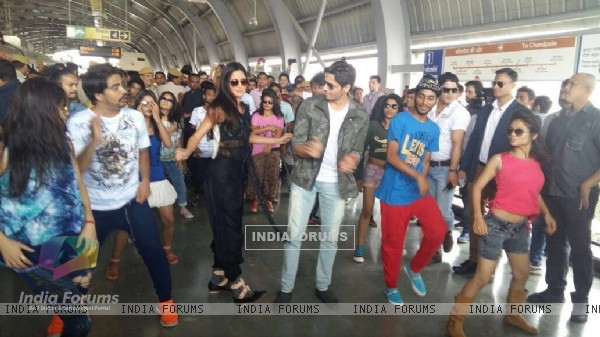 Promotions: Sidharth and Katrina Groove at Jaipur Metro Station!