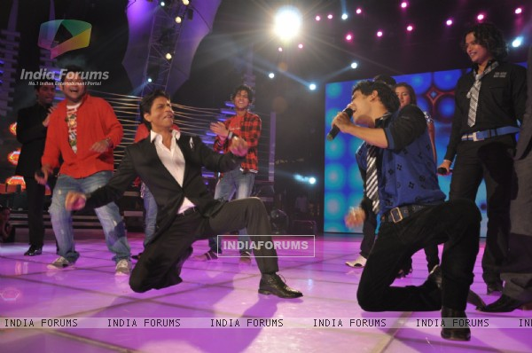 Shahrukh Khan dancing in the show Music Ka Maha Muqqabla